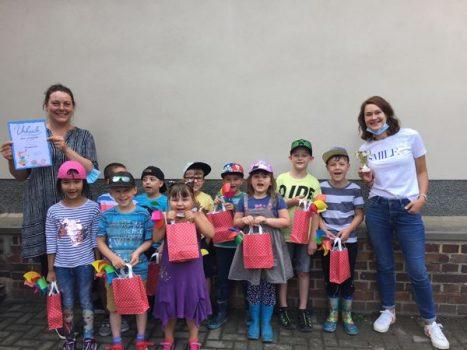 Die Kinder der Integrativen Kita Pusteblume konnten sich über die tollen Preise, einen Pokal und eine Urkunde freuen (Foto: Integrative Kita Pusteblume)